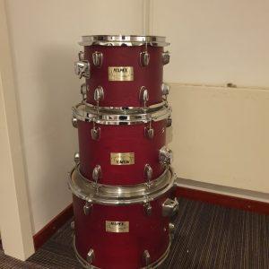 Mapex V Series toms 10, 12 en 14 in het rood bij drumschool Skillz Drum Academy